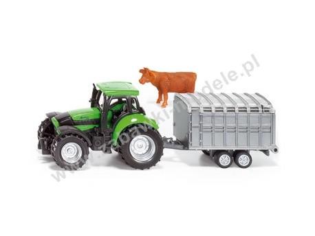Traktor z przyczepą dla zwierząt i fig. krowy